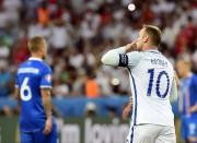 Wayne Rooney salue la foule après avoir inscrit... (PHOTO AFP) - image 3.0