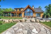 L'arrière de la maison surplombe la vallée. Le... (Photo fournie par Profusion Immobilier) - image 3.0