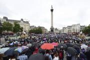 Quelques milliers de personnes se sont rassemblées mardi... (AP, Ian West) - image 4.0