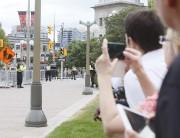 Des curieux prennent des photos lors de l'arrivée... (Simon Séguin-Bertrand, LeDroit) - image 1.0