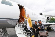 Céline Dion monte dans l'avion qui la mènera... (Photo fournie par Feeling Productions) - image 2.0