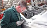 Un employé de Bentley à l'usine d'assemblage de... - image 1.0