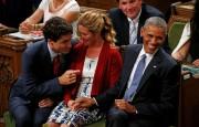 Barack Obama écoute Justin Trudeau en tenant la... (PHOTO REUTERS) - image 2.0