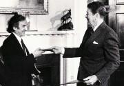 Elie Wiesel à la Maison-Blanche en compagnie du... (Archives AFP) - image 1.1