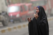 Une femme irakienne pleure la mort de dizaines... (AP, Hadi Mizban) - image 2.0