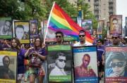 Des participants au défilé portaient des photos des... (AP, Ashlee Rezin/Chicago Sun-Times) - image 1.0
