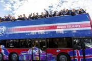 Les joueurs islandais ont paradé dans un bus... (AFP, Karl Petersson) - image 5.0