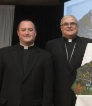 L'abbé Steve Lemay et Mgr Luc Cyr... (Archives La Tribune) - image 2.0
