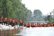Des soldats en train de placer des sacs... (AFP) - image 2.0