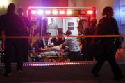 Des secouristes donnent les premiers soins à une... (PHOTO TONY GUTIERREZ, AP) - image 1.0