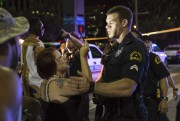 Un policier tente de calmer une femme alors... (PHOTO LAURA BUCKMAN, AFP) - image 3.1