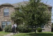 Des enquêteurs se sont rendus au domicile de... (PHOTO LM OTERO, AP) - image 1.1