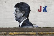 Une murale du président John F. Kennedy sur... (Associated Press, Eric Guay) - image 2.0