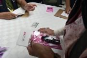 Des sifflets sont distribués dans le cadre d'une... (Agence France-Presse) - image 2.0