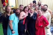 Les acrobates du Cirque Alfonse entourent Madonna, qui... (Photo tirée de la page Facebook du Cirque Alfonse) - image 2.0
