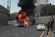 Un incendie survenu à la suite d'une collision... (Photo tirée de Twitter/@juliebay) - image 1.0