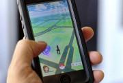Un mordu du jeu Pokemon Go s'amuse sur... (AP, Richard Vogel) - image 3.0