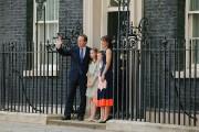 David Cameron, accompagné de sa femme et de... (photo  Adrian DENNIS, AFP) - image 1.1