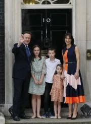 David Cameron, accompagné par sa femme Samanthaet leurs... (AP, Kirsty Wigglesworth) - image 1.0