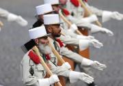 Des membres des Légions étrangères ont marché sur... (photo françois mori, AP) - image 3.0
