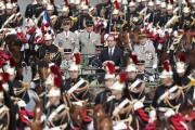 Le président François Hollande a passé ses troupes... (photo François Mori, AP) - image 1.0