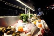 L'étal de poissons frais trônant au bout du... (Photo Bernard Brault, La Presse) - image 2.0