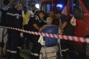 Une femme blessée est évacuée par les services... (AFP, Valery Hache) - image 2.0