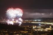La photo du feu d'artifice sur fond d'éclairs... (AFP, Valery Hache) - image 2.0