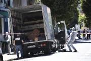 Des enquêteurs ont fouillé et photographié le camion... (PHOTO ANNE-CHRISTINE POUJOULAT, AFP) - image 1.0