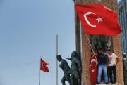 Des manifestants ont grimpé sur une statue avec... (AP, EMRAH GUREL) - image 1.1