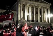 À la demande du président Erdogan, des milliers... (AFP, CHRISTOPHER GLANZL) - image 1.0