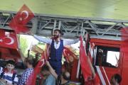 Des Turcs célèbrant l'échec du putsch contre le... (AP, Omer Kuscu) - image 3.0