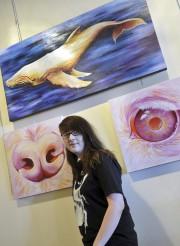 La jeune artiste Shana Patry pose avec quelques-unes... (Photo Le Progrès-Dimanche, Roger Blackburn) - image 1.0