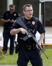 Un policier monte la garde près des lieux... (AP, Gerald Herbert) - image 1.1