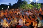 Quelque 200 personnes, toutes blanches, s'étaient rassemblées lundi... (AP) - image 3.0