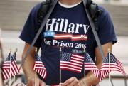 Un partisan de Donald Trump porte un T-Shirt... (REUTERS) - image 2.0
