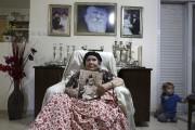 Frecha Amar, 84 ans, pose avec une photo... (AFP) - image 2.0