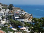 Une rue du village d'Agios Kyrikos, sur l'île... (123RF) - image 2.0