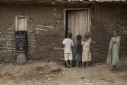 La salle aménagée dans sa maison en torchis... (AFP) - image 2.0