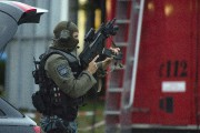 Au moins 10 personnes ont été tuées vendredi... (AP, Matthias Balk) - image 1.0