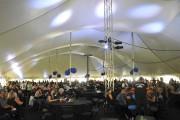 Quelque 1100 personnes étaient attendues sous l'énorme chapiteau... (Photo Le Quotidien, Rocket Lavoie) - image 1.1