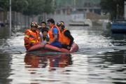 Des inondations causées par des pluies torrentielles ont... (AP) - image 1.0