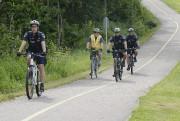 Sur des vélos de montagne, les patrouilleurs de... (Photo Le Quotidien, Rocket Lavoie) - image 1.1