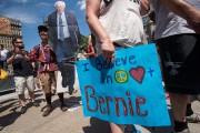 Des partisans de Bernie Sanders se promènent dimanche... (AFP) - image 3.0
