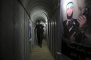 Un adolescent Palestinien marche dans une des galeries... (AP) - image 3.0