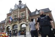 Un policier français fait le guet près de... (AFP) - image 2.0