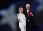 Hillary Clinton et son époux et ex-président des... (PHOTO SAUL LOEB, AFP) - image 1.1