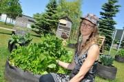L'horticultrice d'Eurêko Sindy Girard s'occupe du jardin éducatif... (Photo Le Progrès-Dimanche, Gimmy Desbiens) - image 4.0
