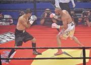 Sébastien Bouchard (blanc) durant son combat contre Alejandro... (Le Soleil, Caroline Grégoire) - image 3.0