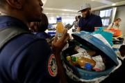 Un voyageur revenu de Côte d'Ivoire ouvre ses... (AFP, FRANCOIS GUILLOT) - image 1.0